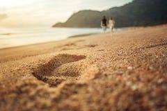 Pares que toman un paseo en la playa Fotos de archivo libres de regalías