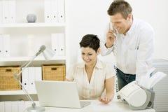 Pares que trabalham em casa Fotos de Stock Royalty Free