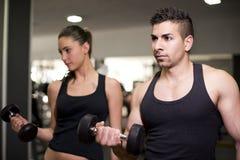 Pares que traning no gym fotos de stock royalty free
