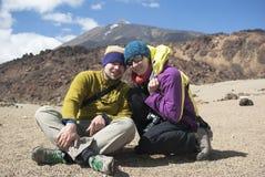 Pares que van de excursión en la montaña Imagenes de archivo