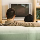 Pares que ven la TV. Fotos de archivo