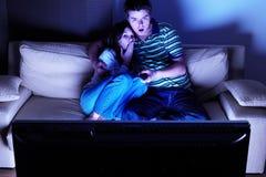 Pares que ven la TV Imagen de archivo libre de regalías