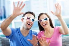 Pares que vestem os vidros 3d Fotografia de Stock Royalty Free