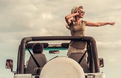 Pares que viajam pelo carro imagem de stock royalty free