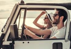 Pares que viajam pelo carro foto de stock royalty free