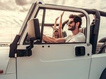 Pares que viajam pelo carro fotos de stock royalty free