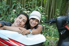 Pares que viajan en el país tropical Imagen de archivo libre de regalías