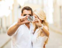 Pares que viajan que toman la imagen de la foto con la cámara Imágenes de archivo libres de regalías