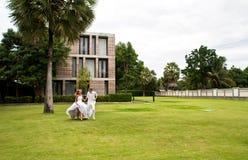 Pares recentemente wedding que têm o divertimento em um parque Fotografia de Stock