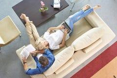 Pares Relaxed em casa foto de stock royalty free