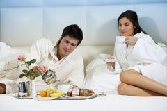 Pares Relaxed en cama Foto de archivo libre de regalías