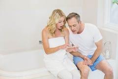 Pares resultados da análise de espera de uma gravidez imagem de stock