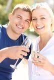 Pares románticos con champán imagenes de archivo