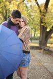 Pares románticos con el paraguas Imágenes de archivo libres de regalías