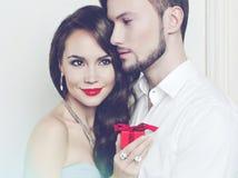 Pares románticos con el regalo Foto de archivo libre de regalías