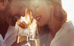 Pares románticos con el vino al aire libre fotos de archivo