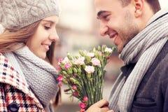 Pares románticos con las flores Fotos de archivo libres de regalías