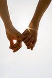 Pares románticos con las manos abrochadas Imagen de archivo libre de regalías
