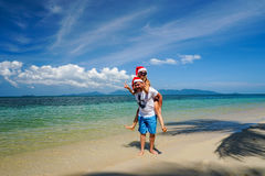 Pares románticos con Santa Claus Hats Have Fun en la playa Celebración de la Navidad y del Año Nuevo en país caliente Fotografía de archivo