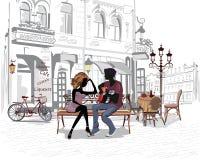 Pares románticos con una guitarra que se sienta en el banco en la ciudad vieja Fotografía de archivo libre de regalías