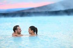 Pares románticos de Islandia del balneario geotérmico de las aguas termales imagen de archivo libre de regalías