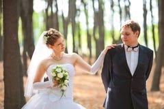 Pares románticos de la boda foto de archivo libre de regalías