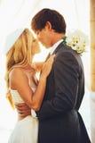 Pares románticos de la boda Fotografía de archivo libre de regalías