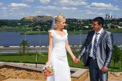 Pares románticos de la boda Imágenes de archivo libres de regalías