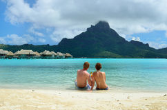 Pares románticos de la luna de miel en Bora Bora Fotografía de archivo libre de regalías