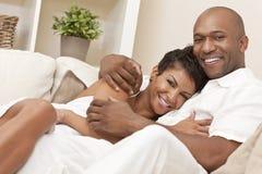 Pares románticos de la mujer afroamericana feliz Fotografía de archivo