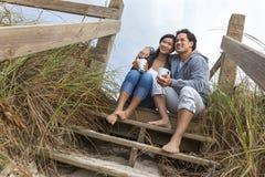 Pares románticos de la mujer asiática del hombre en pasos de la playa Imagenes de archivo