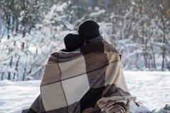 Pares románticos de la parte posterior en invierno al aire libre Fotos de archivo libres de regalías
