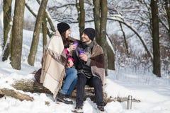 Pares románticos de la parte posterior en invierno al aire libre Imágenes de archivo libres de regalías