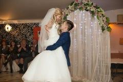 Pares románticos de los recienes casados de la danza elegante primero en el rece de la boda Fotos de archivo