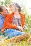 Pares románticos de relajación en naturaleza Fotografía de archivo libre de regalías