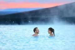 Pares románticos del balneario geotérmico de las aguas termales de Islandia