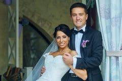 Pares románticos del día de boda Imagen de archivo