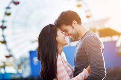 Pares románticos delante de Santa Mónica Imagen de archivo