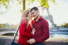 Pares románticos en amor cerca de la torre Eiffel fotos de archivo