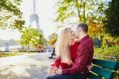 Pares románticos en amor cerca de la torre Eiffel fotografía de archivo
