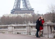 Pares románticos en amor en Francia imágenes de archivo libres de regalías