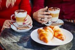 Pares románticos en café al aire libre parisiense fotos de archivo libres de regalías