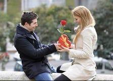 Pares románticos en el amor que celebra aniversario Imagen de archivo libre de regalías