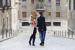 Pares románticos en el amor que celebra aniversario Fotos de archivo libres de regalías
