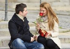 Pares románticos en el amor que celebra aniversario Foto de archivo libre de regalías