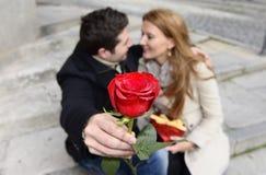 Pares románticos en el amor que celebra aniversario Imagenes de archivo