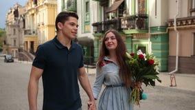 Pares románticos en el amor que da un paseo abajo de la calle de la ciudad almacen de metraje de vídeo