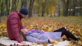 Pares románticos en el amor que enlaza en naturaleza del otoño almacen de video