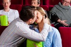 Pares románticos en el amor que se besa en teatro imagenes de archivo