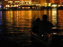 Pares románticos en el barco fotografía de archivo libre de regalías